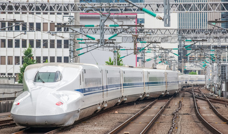 走る新幹線の画像