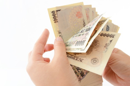 一万円札を数える手