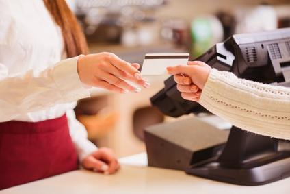 クレジットカードを利用してレジで支払いの画像