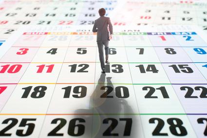 カレンダー上を歩く人、時間の例え
