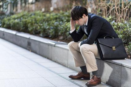 落ち込む男性のイメージ画像