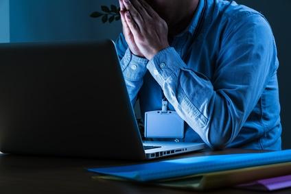 残業する男性の画像