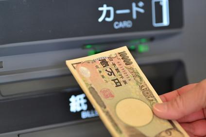 ATMで1万円を下ろす画像