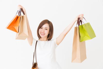 買い物する女性の画像