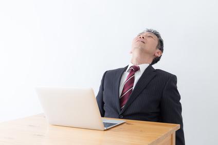 居眠りするビジネスマンの画像