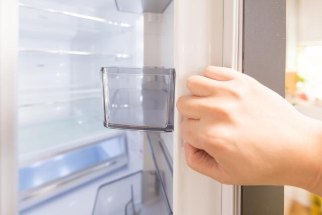 冷蔵庫を開ける画像